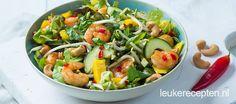Deze oosterse salade met taugé, mango en garnalen is heerlijk als lunch of licht hoofdgerecht