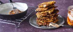 Porkkanafritterit valmistetaan pannulla öljyssä rapeiksi ja nautitaan arrabiata-pestolla maustetulla kastikkeella. Helppo arkiruoka syntyy nopeasti. Noin 1,90 €/annos* Grill Pan, Tandoori Chicken, Pesto, Grilling, Good Food, Ethnic Recipes, Kitchen, Koti, Main Courses