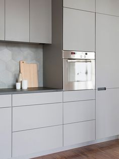 The fronts of this kitchen are coated with gray linoleum. Linoleum consists of natural ingredients, is robust and easy to clean. Kitchen Room Design, Living Room Kitchen, Living Room Decor, Küchen Design, Interior Design, Small Apartments, Interior Lighting, Kitchen Furniture, Cool Kitchens