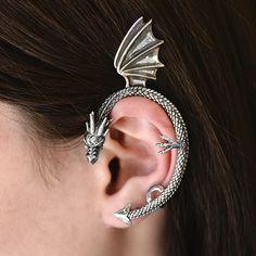 Cercel pe ureche Dragon din argint masiv 925 ‰.  Prinderea de ureche se face cu ajutorul unui șurub și o bară care vine în spatele urechii, după șurub.  Cod produs: DC2548 Greutate: 15.13 gr. Lungime: 8.50 cm Lățime: 4.00 cm Lapis Lazuli, Topaz, Earrings, Jewelry, Ear Rings, Stud Earrings, Jewlery, Bijoux, Schmuck