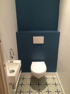 Un joli bleu canard pour ces toilettes. Mention spéciale au sol en carreaux de ciment