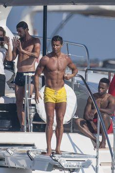 Photos : Cristiano Ronaldo Décompresse À Saint-Tropez Entre Mecs, Caliente !