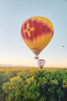 Have you noticed the colors starting to change? If you love putting on those cozy sweaters and watching the colors change as fall takes hold...the basket of a hot air balloon in Albuquerque is where you need to be. 🍁🍂🎈 Air Balloon Rides, Hot Air Balloon, Cozy Sweaters, Fall Season, New Mexico, Places To See, Travel Inspiration, Cool Photos, Trips