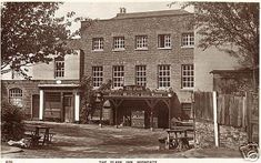 Flask Inn, HighgateFlask Tavern, 16 South Grove, Highgate The oldest part of the building dates from Strictly in St Pancras. At 26 South Grove in 1899 and earlier. At 77 Highgate West Hill by 1944 pubhistory Camden London, London Pubs, London Places, Old London, North London, Most Haunted, Haunted Places, Old Pictures, Old Photos