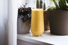 One thing that I simply can't get enough of is Golden Milk! Here's a super yummy anti-inflammatory smoothie packed with all that golden-milky-good stuff! Smoothie Packs, Juice Smoothie, Plant Based Recipes, Raw Food Recipes, How To Make Oats, Anti Inflammatory Smoothie, Plant Based Milk, Golden Milk, Yummy Smoothies