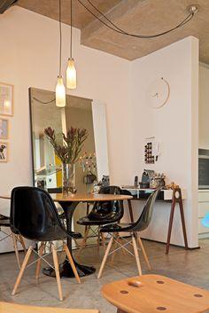 Que tal incluir peças que tenham um design divertido na decoração da sua casa? Aqui, os pendentes sobre a mesa de jantar são formados por garrafas (Foto: Henrique Queiroga). Saiba mais sobre fun design: http://www.webcasas.com.br/revista/materia/decoracao/477/aposte-no-fun-design-para-a-decoracao/