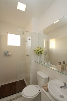 Um banheiro pode ficar incrivelmente charmoso com os adornos certos. Para isso, no banheiro do decorado foi utilizado um espelho na parede onde está a pia, com prateleira em vidro, dando charme e elegância ao local. Os adornos em bege e branco são neutros e propiciam uma sensação tranquila. O casinho com flores amarelas claras dá o toque de descontração. http://ow.ly/e45A0