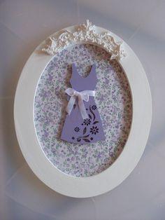Quadrinho em mdf, revestido com tecido floral, com aplique de vestidinho em mdf pintado e resina. R$60,00