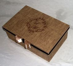 Medida: 26x17x9    Caixa MDF forrada 100% em tecido textura, monograma dos noivos bordados, laco chanel em fita de cetim.    Ideal para oferecer aos padrinhos, pais como convite.