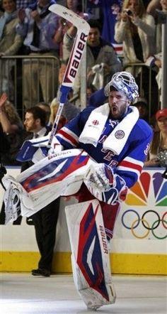 Henrik Lundqvist celebrates the Rangers win over the Capitals - There's nothing like a goalie celly! Hockey Baby, Hockey Goalie, Ice Hockey Players, Field Hockey, Hockey Teams, Hockey Stuff, Maurice Richard, Henrik Lundqvist, Hockey Pictures