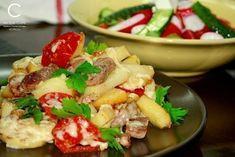 """Картофель """"по-французски"""" на сковороде Ингредиенты: - свинина - картофель - лук и чеснок - соль - перец - помидор - сыр - зелень Приготовление: 1. Свинину (мясо в общем-то можно взять любое) режем тонкими кусочками и быстро обжариваем с небольшим количеством растительного масла на большом огне. 2. Добавляем резанный дольками картофель. Обжариваем минут 10-15 на большом огне без крышки, периодически перемешивая. 3. Добавляем лук и немного мелкопорезанного или раздавленного чеснока. 4. Солим…"""