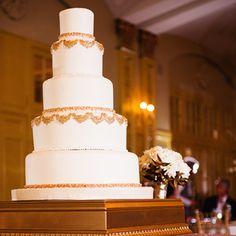 Gâteau de mariage à plusieurs étage décoré d'accessoires or