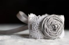 Feminin og søt Vintage Lace Bracelet with Gray Rosette- Bridal Bracelet, Something Old, Bridesmaid Bracelet, Prom Wrist Corsage, Lace Cuff Fabric Bracelets, Lace Bracelet, Lace Necklace, Bridal Bracelet, Fabric Jewelry, Bridal Necklace, Cuff Bracelets, Prom Flowers, Lace Flowers