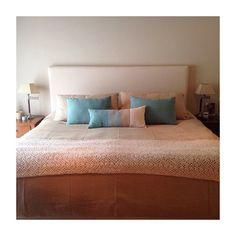 Los colores y las texturas mezclan un estilo fresco y elegante. Furniture, Decor, Home Decor, Bed