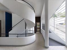 Le Corbusier s Villa Savoye Poissy France in Le Corbusier Interiors 59 Architecture 101, Architecture Bauhaus, Le Corbusier Architecture, Casa Le Corbusier, Poissy France, Casa Farnsworth, Villa Savoye, Design Bauhaus, Oise