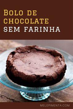 Bolo de chocolate Sem farinha Faça esse bolo sem farinha que é feito com poucos ingredientes. O resultado é um bolo úmido e com casquinha quebradiça. Confira a receita!