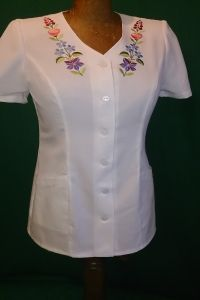 workwear Kalocsa pattern Kurta Neck Design, Blouse Patterns, Embroidered Blouse, Work Wear, Ideias Fashion, White Dress, Tunic Tops, Fashion Outfits, Dresses