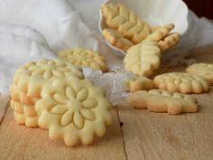 Per una sana, leggera e golosa colazione i biscotti di frolla all'olio con farina di riso sono l'ideale, friabili e saporiti.