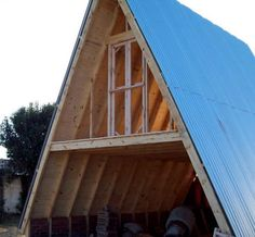 ventana superior de cabaña alpina
