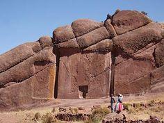 """Près du lac Titicaca au Pérou, se trouve une région appelée """"la Vallée des Esprits"""". Dans cette vallée se trouve la très étrange porte de Hayu Marca à Aramu Muru. Cette porte est taillée dans la paroi, et mesure exactement 7 mètres de haut sur 7 mètres de large."""