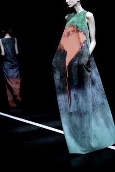 Women's Outfits : Hiroko Koshino Foto Fashion, Runway Fashion, Fashion Art, High Fashion, Fashion Show, Fashion Design, Looks Street Style, Looks Style, Looks Cool
