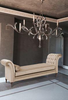 Bársonnyal és steppelt karfákkal készült szófa. Entryway Bench, Chandelier, Ceiling Lights, Furniture, Home Decor, Entry Bench, Hall Bench, Candelabra, Decoration Home