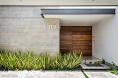 小さな家を持つことは、控えめなエントランスを持つ、という意味ではありません。大きさにかかわらず、優れたデザインや素材を用…