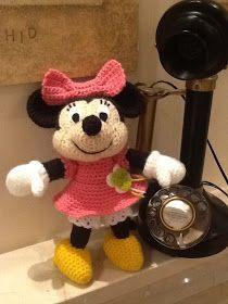 Ya tenía ganas de hacer una Minnie en crochet. Encontré estos esquemas en japonés de Minnie y Mickey y he empezado por crochetear a Minnie....