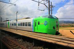 Serie 789 von JR-Hokkaidô: Im hohen Norden Japans, aber noch auf der japanischen Hauptinsel (Honshû). Zug 789-105 begegnet auf seiner Fahrt zur Nordinsel Hokkaidô. Bald wird er den langen Untermeertunnel erreichen, hinauf nach Hokkaidô. Im Hintergrund ist die bereits fertiggestellte neue Hochgeschwindigkeitsstrecke zu sehen. Nakazawa, 3.Oktober 2014.