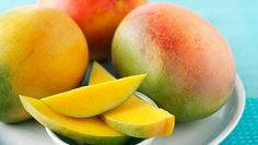 What are the health benefits of mango? Mango is such a decadent sweet treat! It's great for sorbets and smoothies, and pureed into yoghurt. Skin health The bright orange flesh of the mango is produced by a Easy Juice Recipes, Raw Food Recipes, Weight Loss Juice, Healthy Weight Loss, Mango Health Benefits, Mango Salat, Dietas Detox, Healthy Holistic Living, Healthy Living