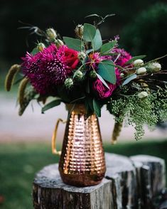 Dark pinks mixed with red and copper make for the perfect winter wedding combination. Loving this floral arrangement. via Pinterest by lornebeachpavilion http://ift.tt/1IIGiLS