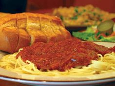 Spagetti (Prego sauce only) and Garlic Bread Sausage Spaghetti, Spaghetti Dinner, Spaghetti Sauce, Old Italian Recipes, Great Restaurants, Sausage Recipes, Stuffed Green Peppers, Pasta Dishes, Lunch