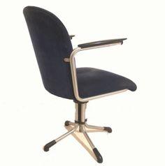 Gispen 356 bureaustoel met een vierpootsvoet en bakelieten armleggers; kan in ons eigen atelier voorzien worden van een nieuwe stof of leer, geheel naar uw keuze; gewoon bij de Sfeerderij! #vintage #klassieker #Gispen 356 #draaipoot #dutch design #Manchester ribstof #Keymer #refurbished #fabrics #bureaustoel #chair #Gispen #Sfeerderij #Veldhoven