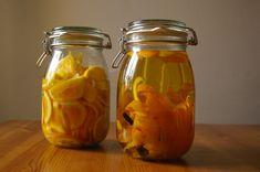 "Připravte si pomerančový likér, originální dámskou ""živou vodu"" - iDNES. Beverages, Drinks, Vodka, Mason Jars, Food And Drink, Homemade, Liqueurs, Mead, Gardening"