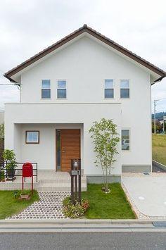 モダンな瓦屋根がプロブァンススタイルを演出する家。 Design Exterior, Modern Exterior, Minimalist House Design, Small House Design, Small Japanese House, Future House, Home Room Design, House Elevation, Dream House Plans