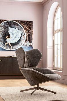 €1099 | Oval Office draaistoel, unieke en trendy draaistoel uit de meubel collectie van Kare Design. De eigenzinnige meubels van dit unieke woonmerk zijn echte blikvangers en geven karakter aan uw interieur! Afmeting: (hxbxd) 88x92x92 cm. Oval Office, Furniture Cleaner, Relax, Swivel Armchair, Kare Design, Egg Chair, New Furniture, Bean Bag Chair, 360 Grad
