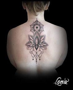 tatouage de femme tatouage mandala et plumes noir et gris sur dos best tatoo tattoo and. Black Bedroom Furniture Sets. Home Design Ideas