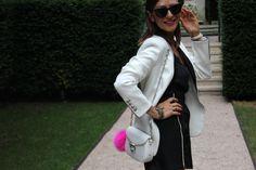 Melena midi lisa , chaqueta en blanco y negro , bolos en blanco y pompón en fucsia y toro lencero negro gafas en blanco y negro