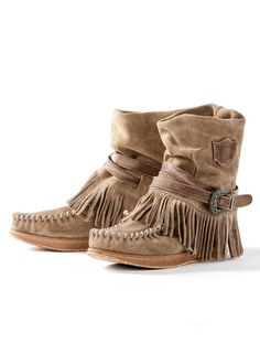 Moccasin Boots Handcrafted in the foothills of Tuscany, the ultra-comfy suede boots have fringed foldover tops, moccasin stitching and buckling ankle straps. Ugg Style Boots, Boho Boots, Fringe Ankle Boots, Fringe Moccasin Boots, Mocassins Boots, Fringe Boots Outfit, Calf Boots, Fashion Mode, Fashion Boots
