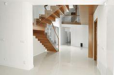 Schody drewniane ze szklaną balustradą. Włodarczyk schody.