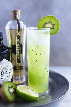 Green Goddess Kiwi Cocktail - Kiwi, gin, and elderflower liqueur come together in this refreshing, summer time cocktail. Cocktail And Mocktail, Cocktail Glass, Green Cocktails, Spring Cocktails, Fruity Alcohol Drinks, Alcoholic Drinks, Beverages, Mint Lemonade, Elderflower