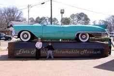 Julia e Eric posando na entrada do museu de carros