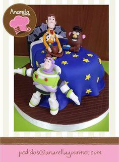 #Woody, #BuzzLightyear y el señor Papa en una divertida y lindísima torta para los 2 años de Renato!   Los muñequitos son hechos de azúcar y también pueden estar disponibles por separado!  #ToyStoryCake #WoodyCake #Sugarcraft  https://www.facebook.com/photo.php?fbid=566822390021588&set=a.341607735876389.67998.230691146968049&type=3&src=https%3A%2F%2Fscontent-b-mia.xx.fbcdn.net%2Fhphotos-xap1%2Ft1.0-9%2F1240212_566822390021588_241491791_n.jpg&size=597%2C812