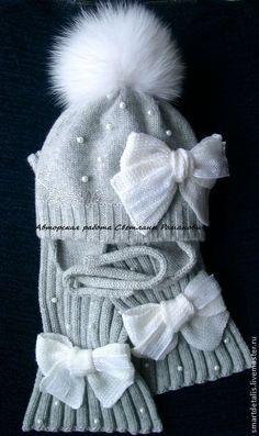 Купить или заказать Вязаный зимний комплект для девочки 'Ангельская нежность' в интернет-магазине на Ярмарке Мастеров. Комплект связан из итальянской мериносовой шерсти. Шапочка двухслойная, внутренний слой связан из этой же пряжи.Вязаный бант украшен кружевом, рядом с бантом оригинальными стразами Сваровски вручную выложено имя ребенка. Шарфик также украшен вязаными бантами и расшит, как и шапочка, бусинами под жемчуг. Помпон сделан из меха песца. Помпон съемный. Комплект очень нежно...
