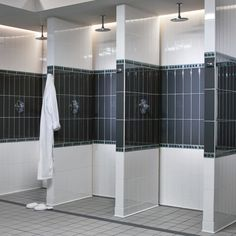 shower room concept nicely done. note the drain location and style. Locker Room Bathroom, School Bathroom, Public Shower, Toilette Design, Restroom Design, Public Bathrooms, Steyr, Changing Room, Gym Design