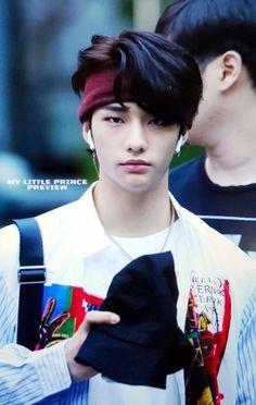 ooh he got AirPods he don speak broke Lee Min Ho, K Pop, Sung Lee, Rapper, Kids Background, Drama Queens, Jolie Photo, Lee Know, Asian Boys