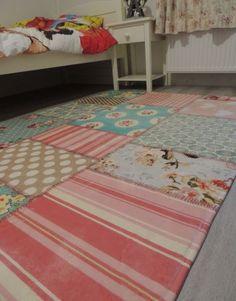 Retro kamer inrichten met retro vloerkleed met patchwork motief. Een prachtig samenspel van verschillende retro stukken tot één prachtig geheel. Ideaal voor de meisjeskamer...