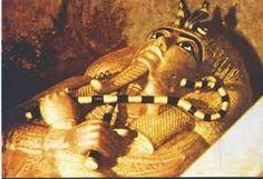 """Sarcofago del faraone Tutankhamon. Composto di oro massiccio, scoperto da Howard Carter, terzo ed ultimo sarcofago della """"matrioska"""" contenuta nel sarcofago esterno, in granito. A sua volta questo sarcofago conteneva il corpo del faraone. Fu realizzato alla morte di Tutankhamon, nel 1327 a.C. Oggi si trova nel Museo Egizio del Cairo, Egitto."""