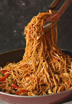 The 30 minute ultimate spicy chicken lo mein recipe rosemary chicken bacon and avocado salad i howsweeteats com Low Mein Recipe, Spicy Chicken Lo Mein Recipe, Chicken Chow Mein, Recipe Chicken, Chicken Lo Mein Recipe Easy, Spicy Chicken Noodles, Noodle Recipes, Spicy Recipes, Asian Recipes