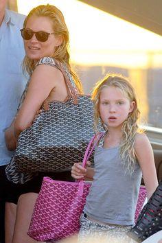 Selección de prendas y accesorios que se versionan en clave mini para niñas que quieren vestir como mamá: Kate Moss